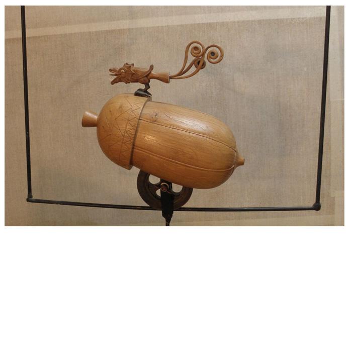 L'homme moderne. Chêne, bronze, ivoire, lapis lazuli. Sur cadre acier avec contre-poids